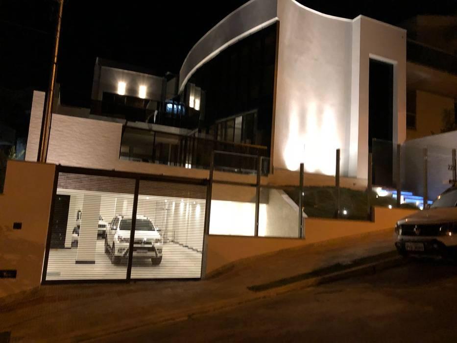 Fachada à noite por Marcelo Sena Arquitetura Clássico