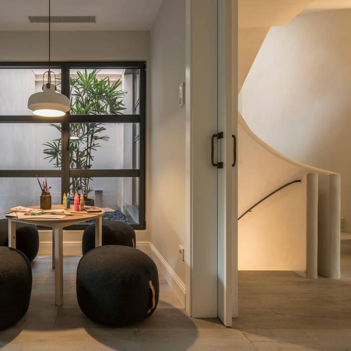 CASA PUTXET Salas multimedia de estilo mediterráneo de The Room Studio Mediterráneo