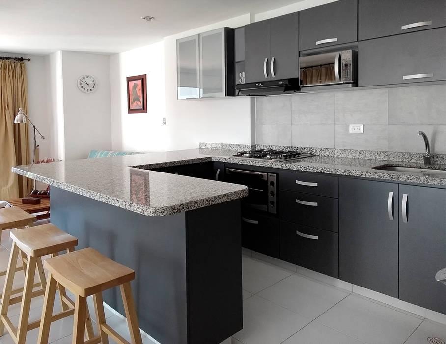 Remodelamos tu apartamento: Cocinas integrales de estilo  por Remodelar Proyectos Integrales