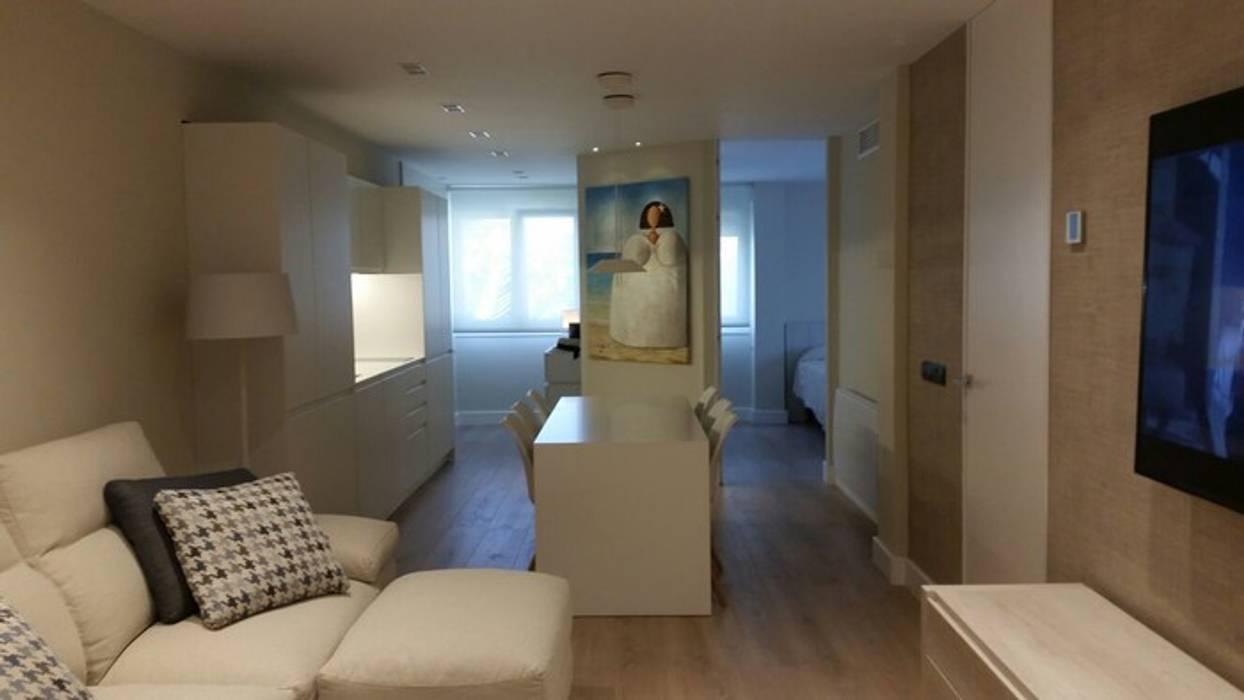 Proyecto de reforma y decoración de interiores de un piso por QUMestudio: Salones de estilo  de Qum estudio