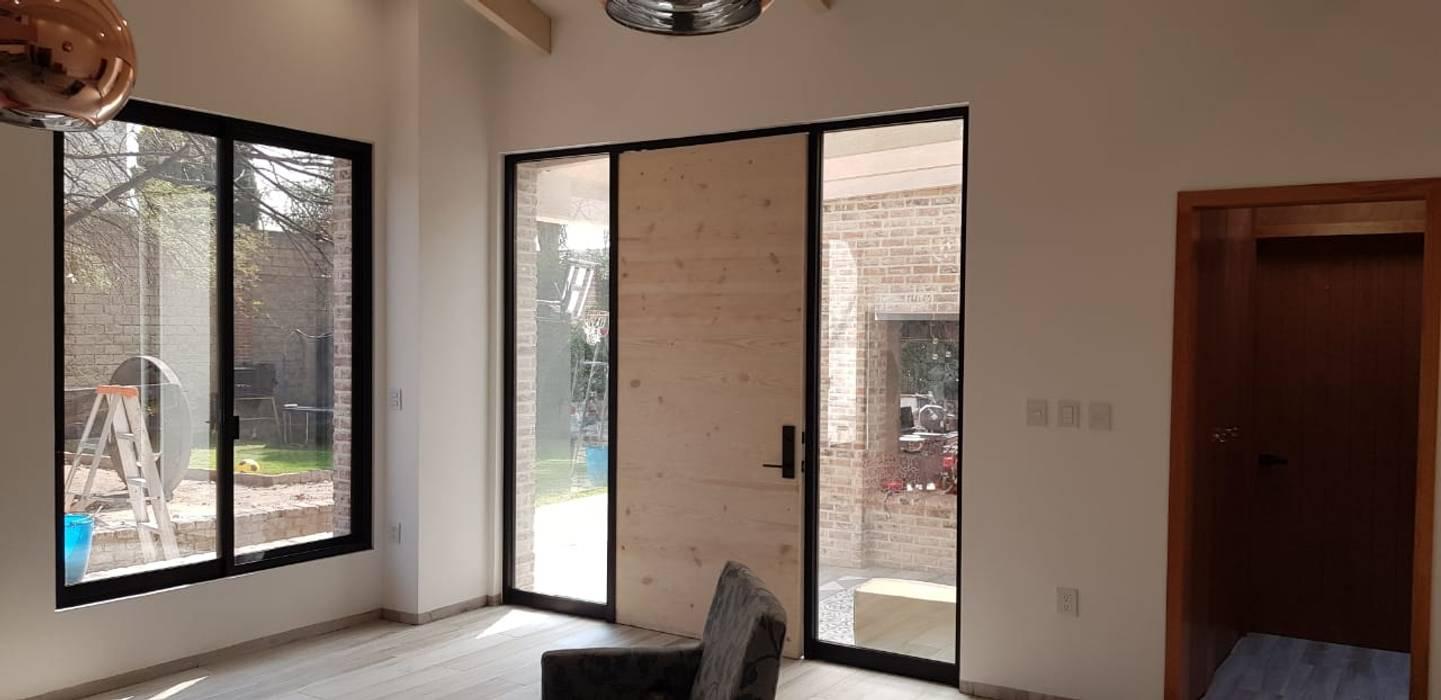 Puerta de acceso: Puertas de estilo  por RIVERA ARQUITECTOS