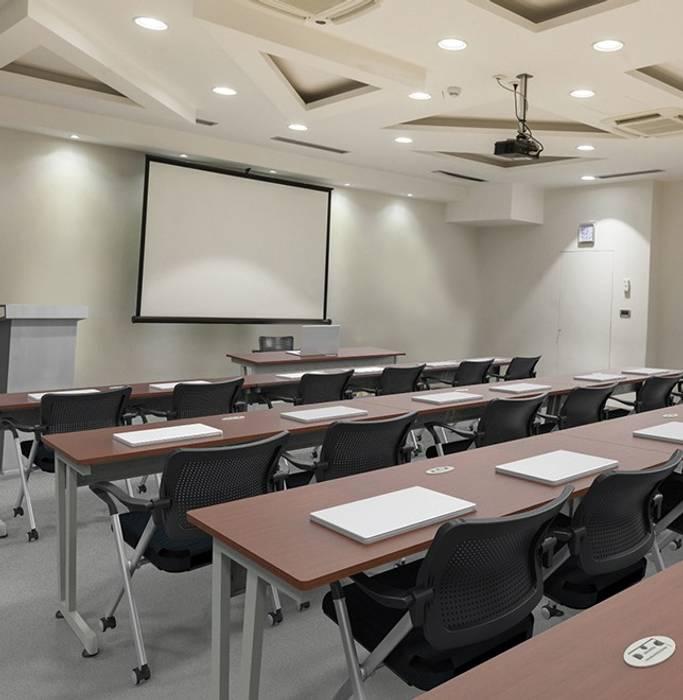 Mesa de Trabajo para Capacitación: Estudios y oficinas de estilo  por GREAT+MINI