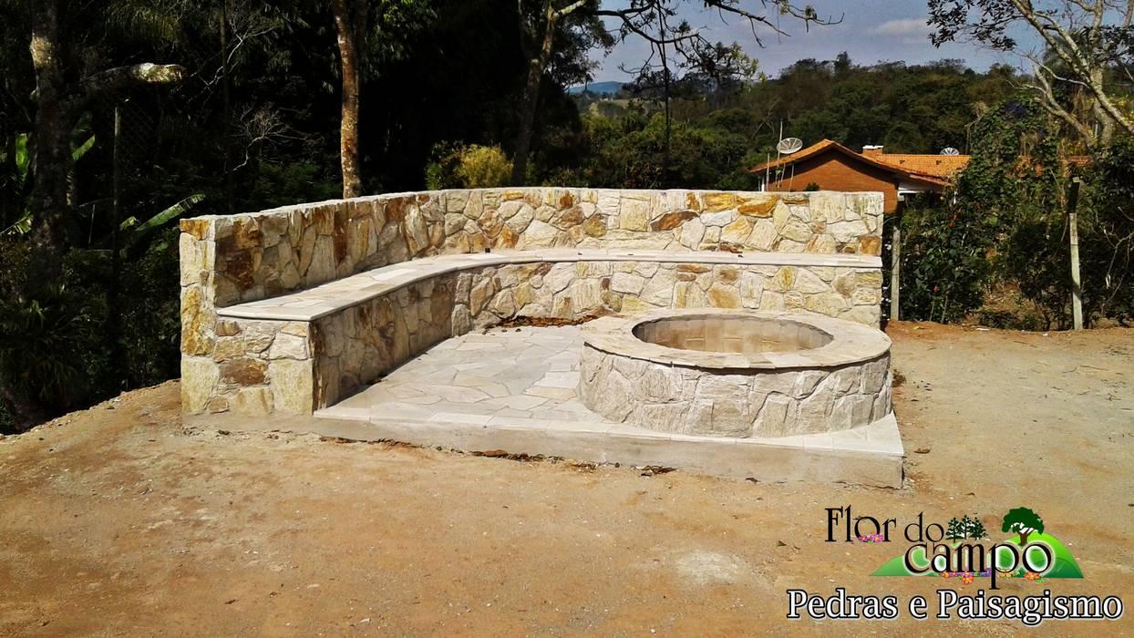Banco de pedra com fogo de chão no centro. Flor do Campo Pedras e Paisagismo JardimAcessórios e decoração