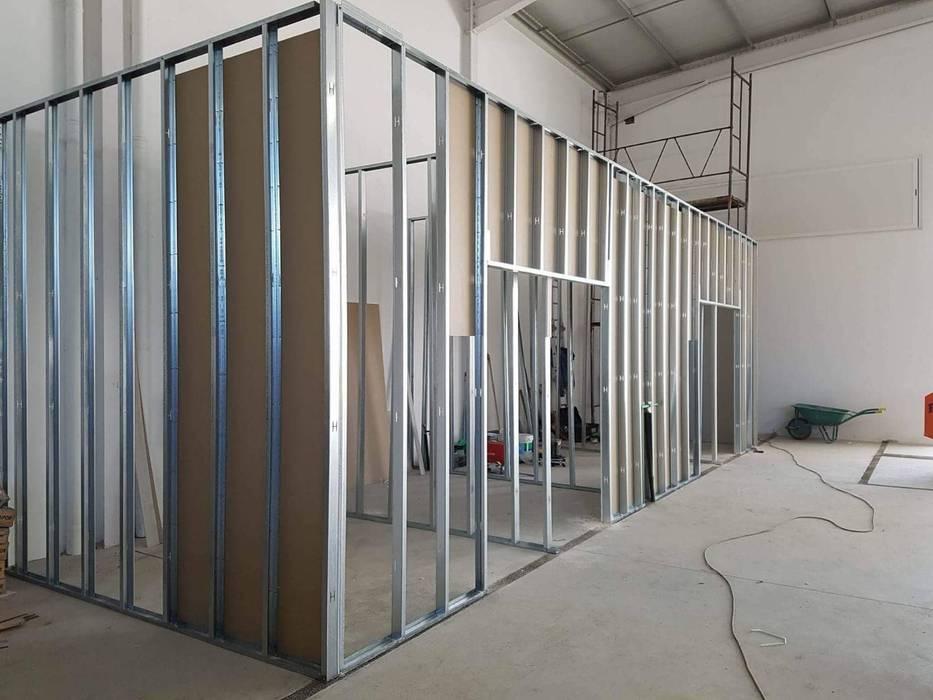 Fase de construção do hospital MIA arquitetos Hospitais minimalistas Alumínio/Zinco Cinzento