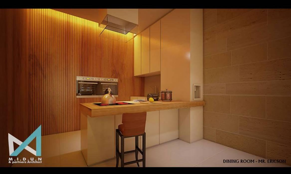 ER HOUSE: Ruang Makan oleh midun and partners architect,