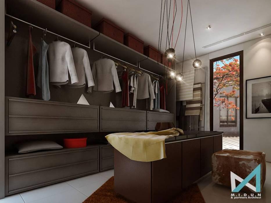 PLATINUM HOUSE: Ruang Ganti oleh midun and partners architect,