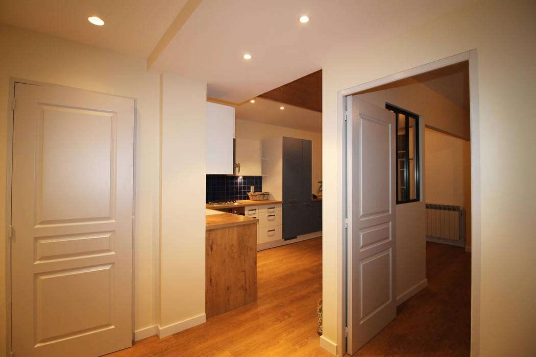 Agence ADI-HOME Ingresso, Corridoio & Scale in stile moderno Truciolato Bianco