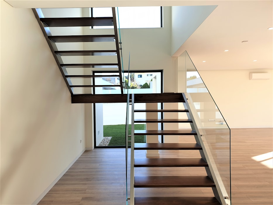 Лестницы в . Автор – Jesus Correia Arquitecto, Модерн Твердая древесина Многоцветный