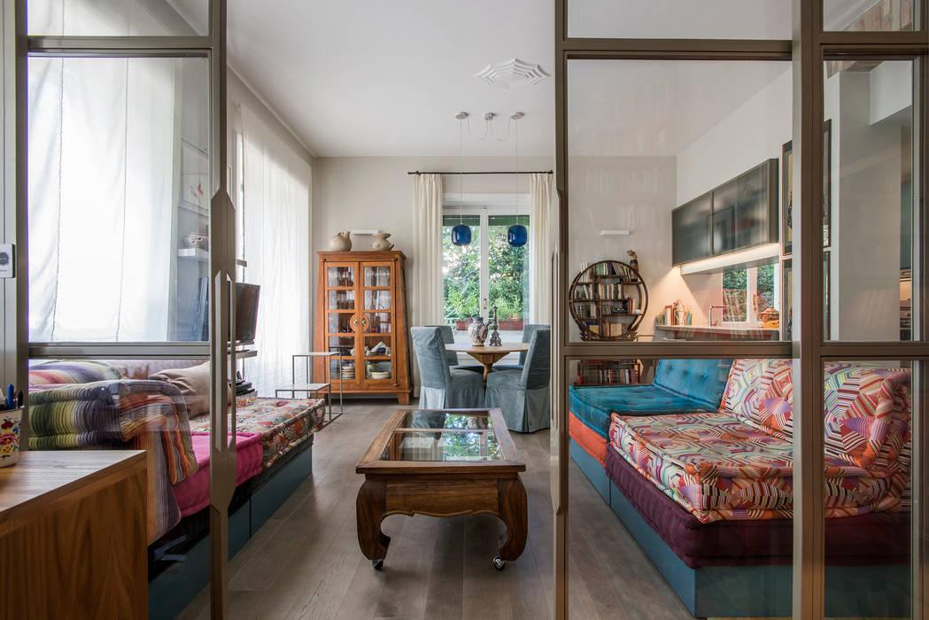 Via Sant'Erasmo: partizioni in vetro per un soggiorno pieno di luce: Soggiorno in stile  di studioQ