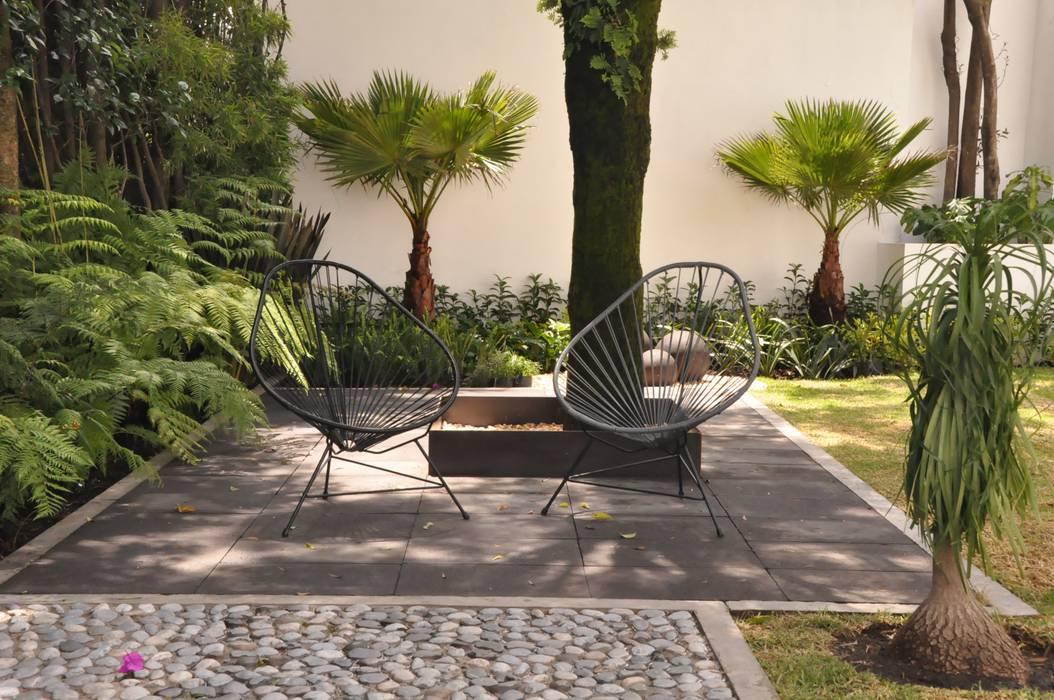 Jardin con sillas acapulco: Jardines en la fachada de estilo  por Jardin Urbano,