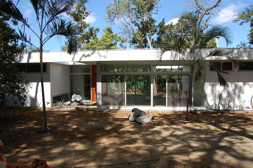 Single family home by SMF Arquitectos  /  Juan Martín Flores, Enrique Speroni, Gabriel Martinez, Modern