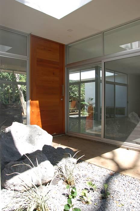 Diseño de Casa en Managua, Nicaragua por SMF Arquitectos: Puertas de estilo  por SMF Arquitectos  /  Juan Martín Flores, Enrique Speroni, Gabriel Martinez