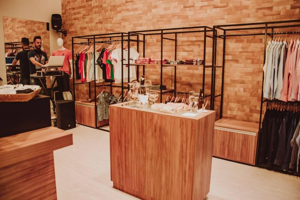Aline Dinis Arquitetura de Interiores Offices & stores Wood Black