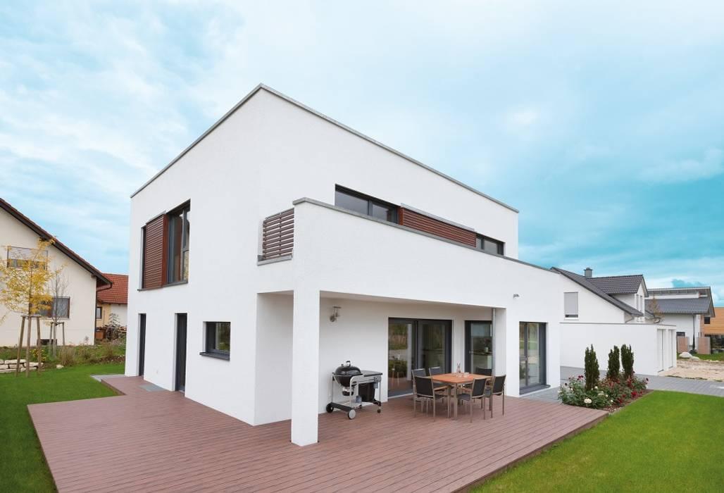 Bauhaus mit Flachdach und Dachterrasse:  Fertighaus von TALBAU-Haus GmbH ,Modern