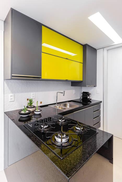 Cozinha/ Armários/ Pedra/ Sanca: Cozinhas  por Sônia Beltrão Arquitetura ,