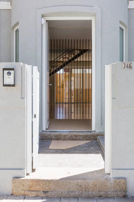 Entrada - Moradia em Leça da Palmeira - SHI Studio Interior Design: Moradias  por SHI Studio, Sheila Moura Azevedo Interior Design