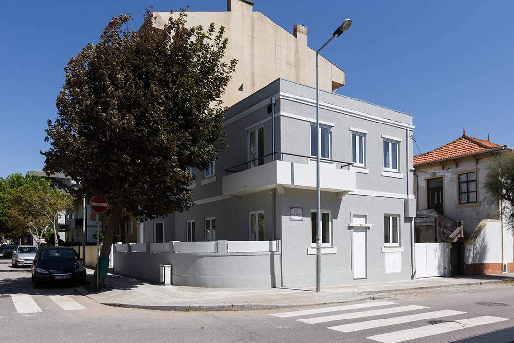 Exterior - Moradia em Leça da Palmeira - SHI Studio Interior Design: Moradias  por SHI Studio, Sheila Moura Azevedo Interior Design
