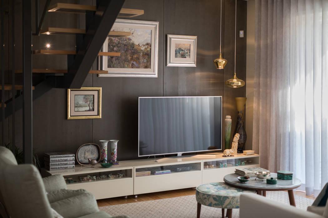 Zona TV - Sala de estar - Moradia em Leça da Palmeira - SHI Studio Interior Design: Salas de estar  por SHI Studio, Sheila Moura Azevedo Interior Design