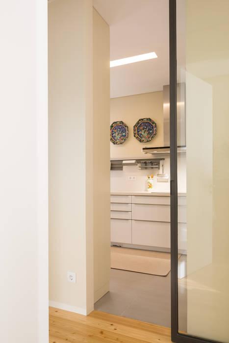 Cozinha - Moradia em Leça da Palmeira - SHI Studio Interior Design: Armários de cozinha  por SHI Studio, Sheila Moura Azevedo Interior Design
