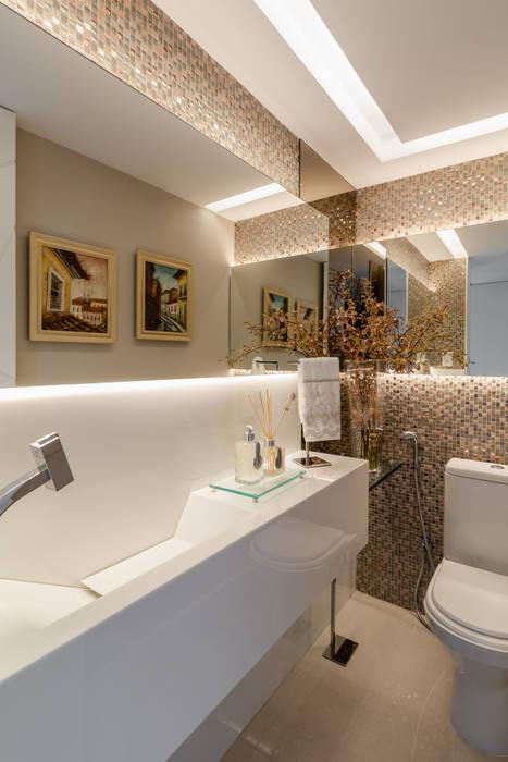 Lavabo/ cuba esculpida em nanoglass / espelho/ iluminação indireta  banheiros modernos por arquitetura sônia beltrão & associados moderno  mármore   homify