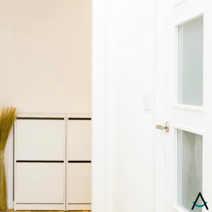 Couloir, entrée, escaliers modernes par Estudi Aura, decoradores y diseñadores de interiores en Barcelona Moderne Bois Effet bois