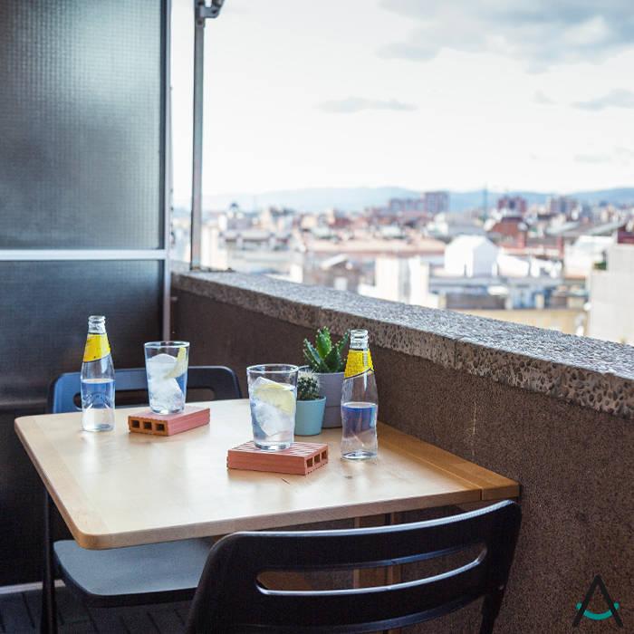 Proyecto Gran Via: Balcón de estilo  de Estudi Aura, decoradores y diseñadores de interiores en Barcelona, Moderno Ladrillos