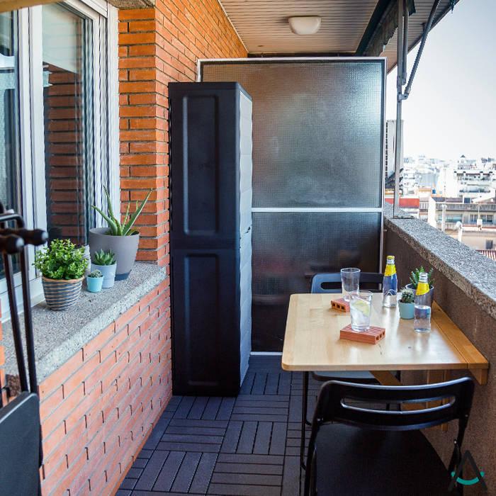 Proyecto de reforma e interiorismo en una vivienda en Barcelona por Estudi Aura: Balcón de estilo  de Estudi Aura, decoradores y diseñadores de interiores en Barcelona, Moderno Ladrillos