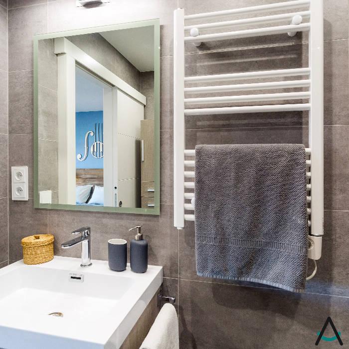 Casas de banho modernas por Estudi Aura, decoradores y diseñadores de interiores en Barcelona Moderno Cerâmica