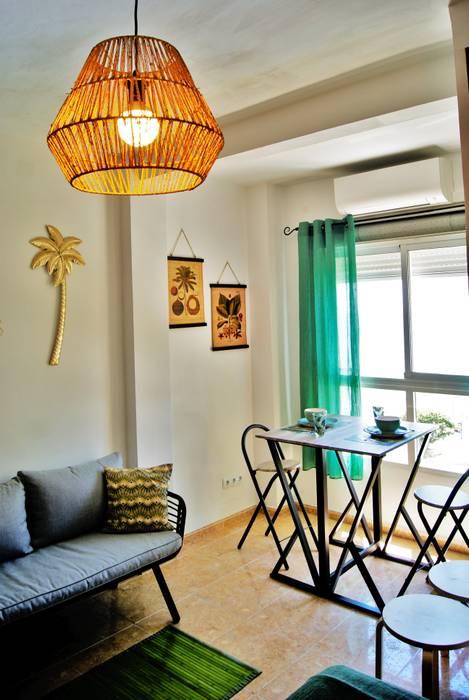 Almirante - Estudio tropical en Calahonda (Málaga): Estudio de estilo  de Housing & Colours