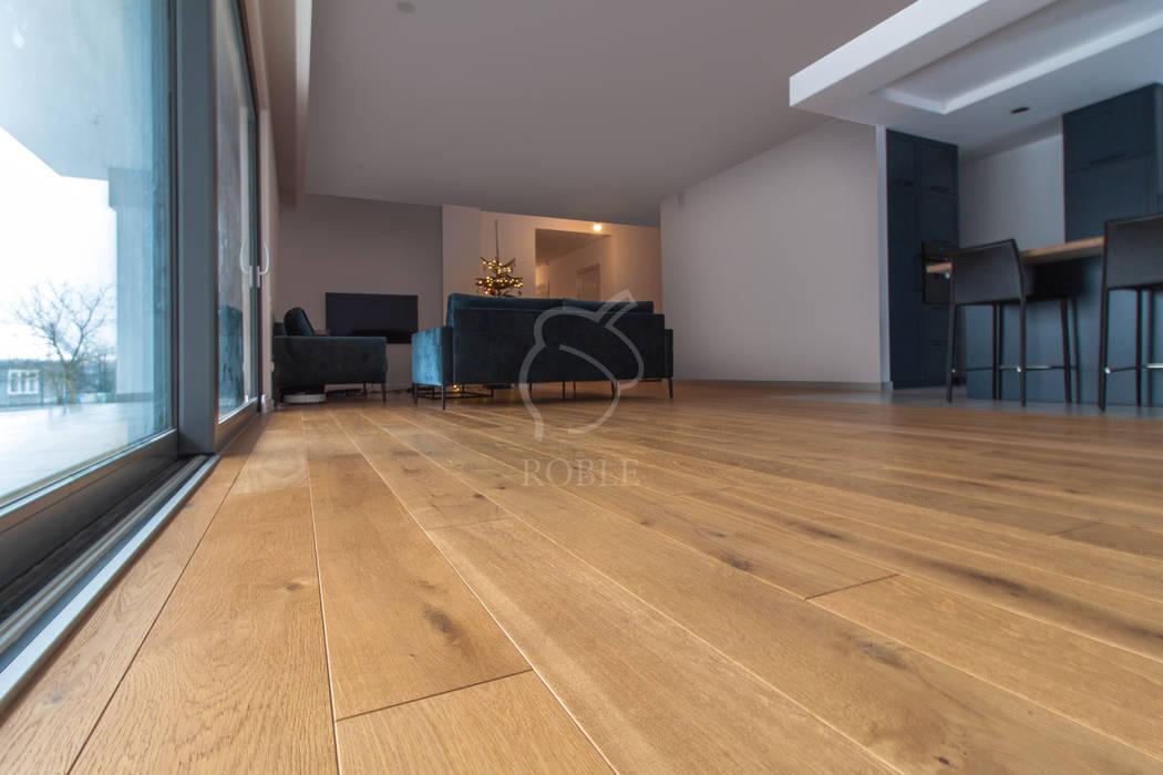 Podłogi w nowoczesnym salonie: styl , w kategorii Podłogi zaprojektowany przez Roble