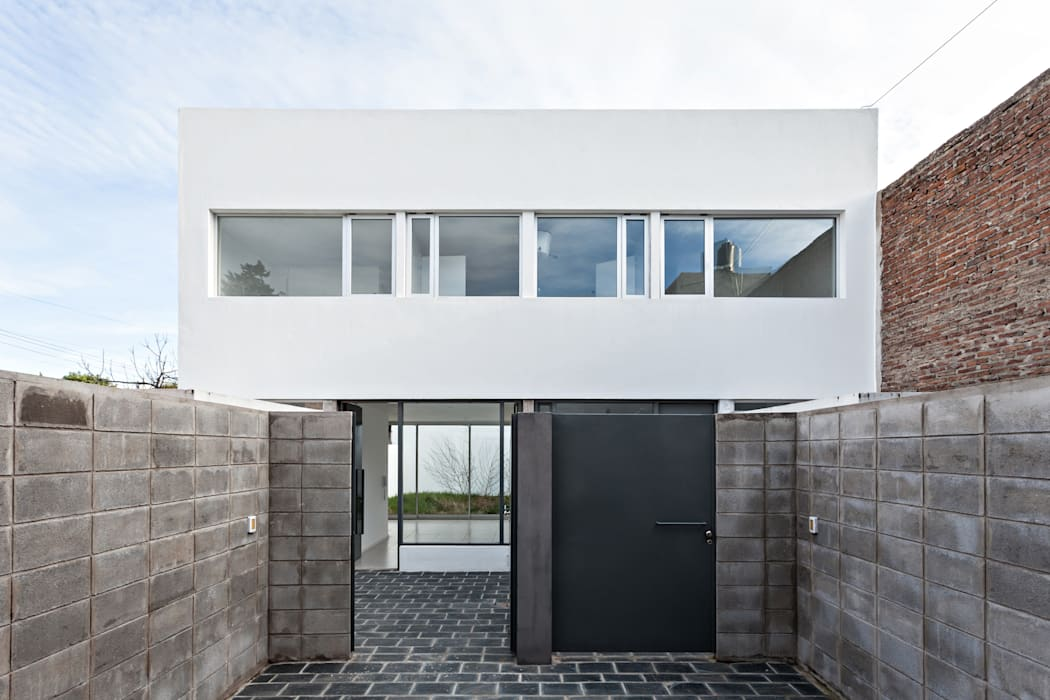 Single family home by SMF Arquitectos  /  Juan Martín Flores, Enrique Speroni, Gabriel Martinez, Modern