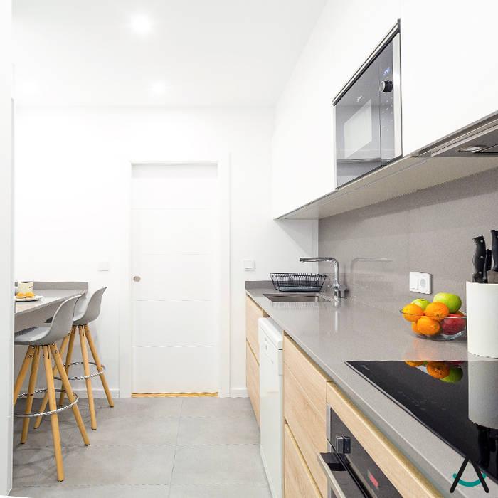 Estudi Aura, decoradores y diseñadores de interiores en Barcelona 小廚房 木頭 White