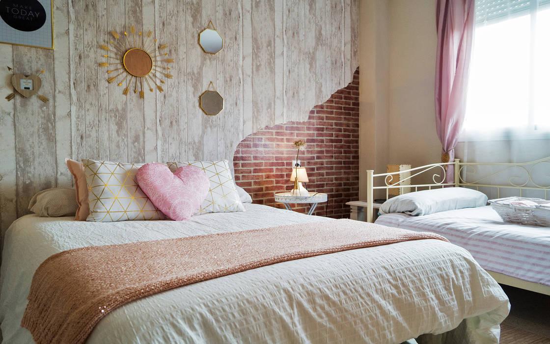 """Dormitorio. 2 papeles de pared y un efecto """"rasgador"""": Dormitorios de estilo  de Housing & Colours"""