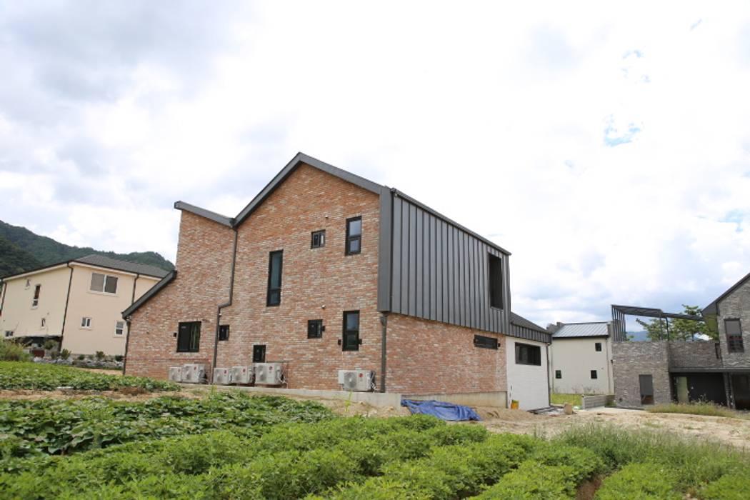 아이들을 위한 정원이있는 전원주택 청어람하우스: 주식회사 큰깃의  주택,