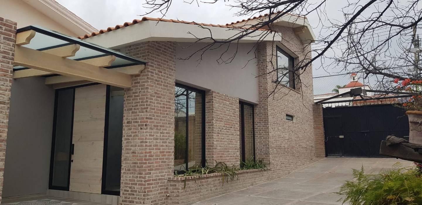 Petites maisons de style  par RIVERA ARQUITECTOS