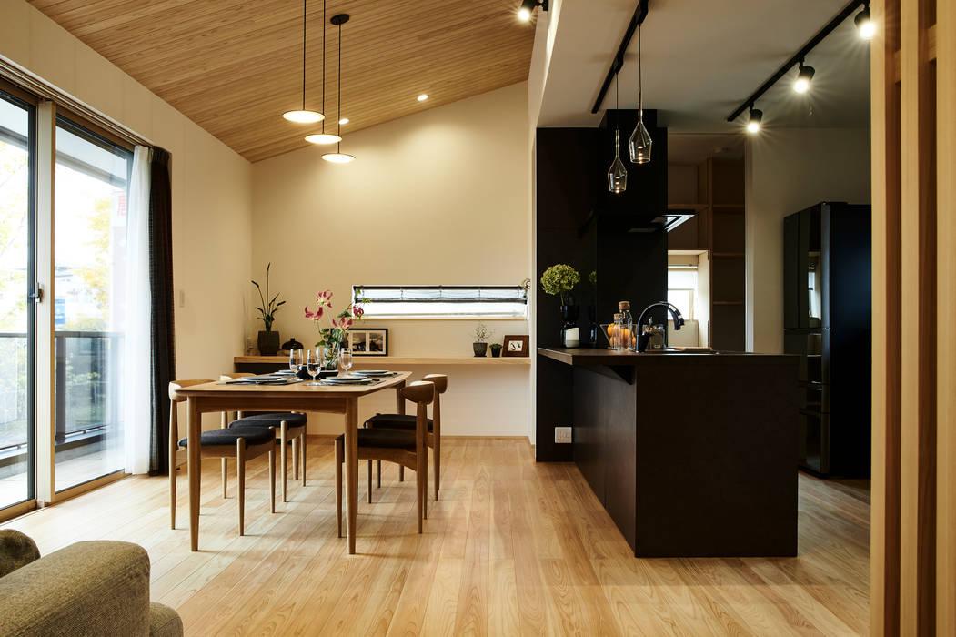 Phòng ăn phong cách hiện đại bởi デザインルバート一級建築士事務所 Hiện đại Than củi Multicolored