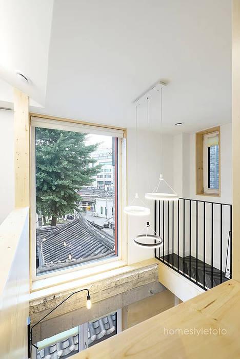 Puertas y ventanas de estilo moderno de 주택설계전문 디자인그룹 홈스타일토토 Moderno