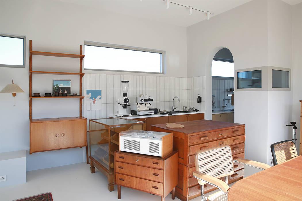 Living room by AAPA건축사사무소, Modern