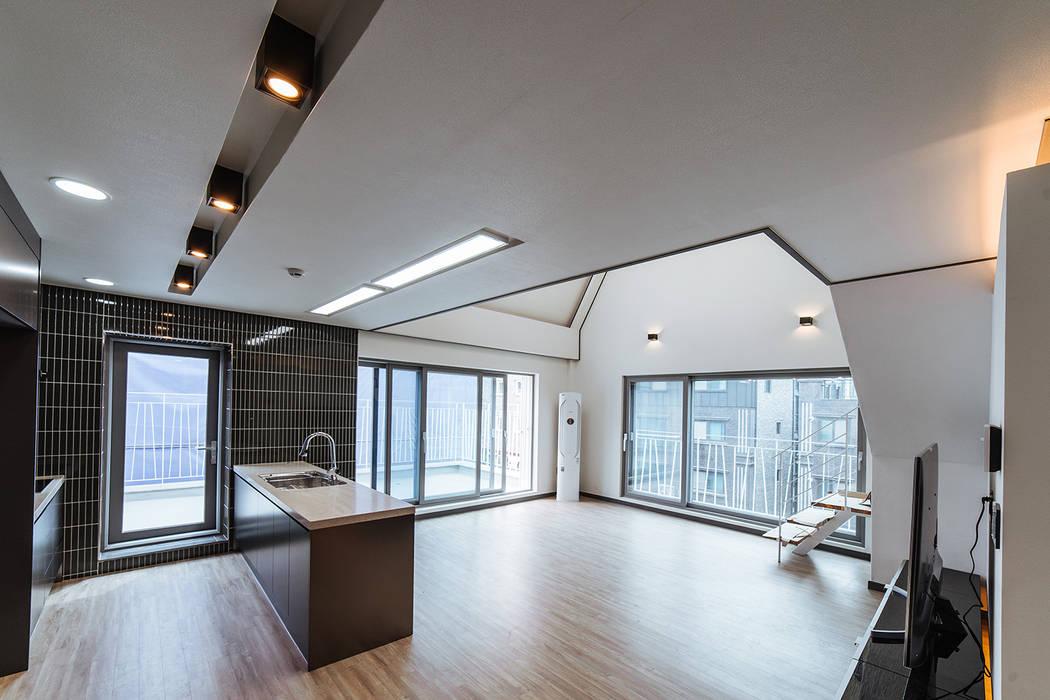 Modern living room by AAPA건축사사무소 Modern