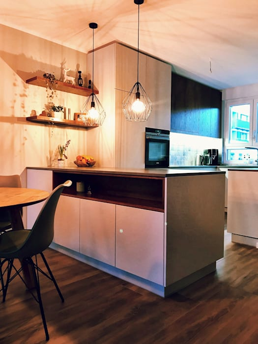 Offene Wohnküche mit Halbinsel - Reihenhaus Bernau bei Berlin:  Küche von KHG Raumdesign - Innenarchitektin in Berlin