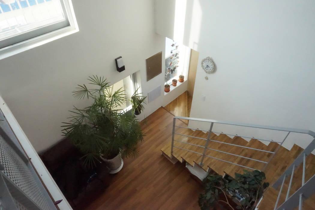 3층에서 내려다 본 거실: 건축그룹 [tam]의  거실
