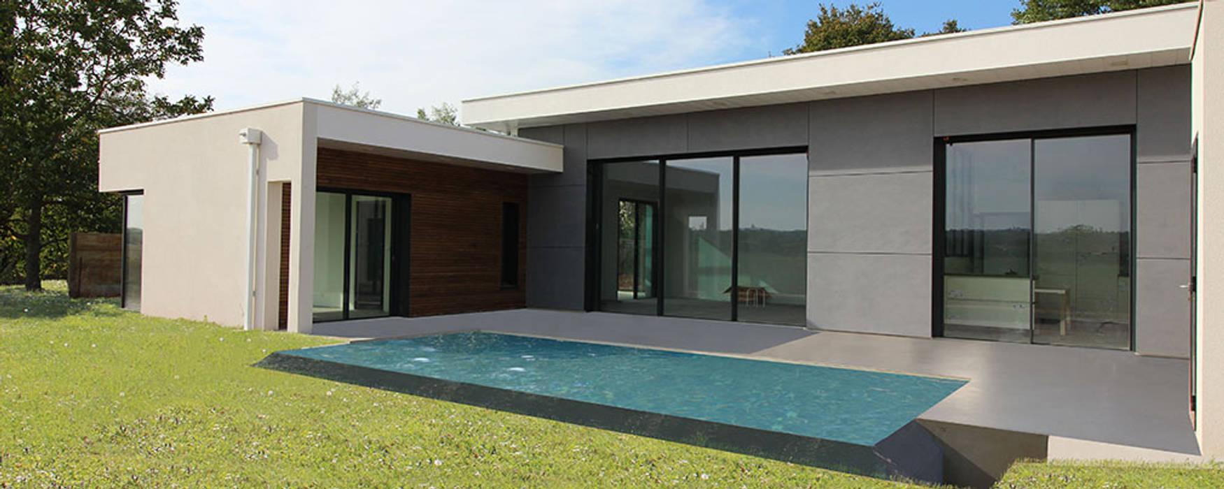 Maison contemporaine mix de matériaux – façade sud avec ...