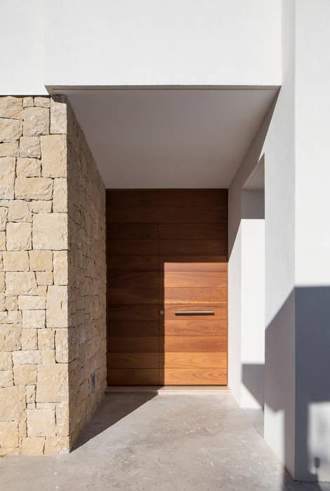 CASA PI: Puertas de estilo  de SMB ARQUITECTURA