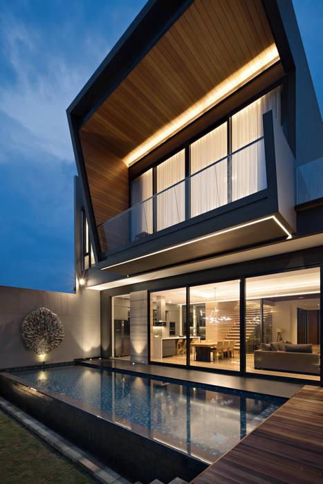 Kolam renang : Rumah teras oleh Rakta Studio, Asia