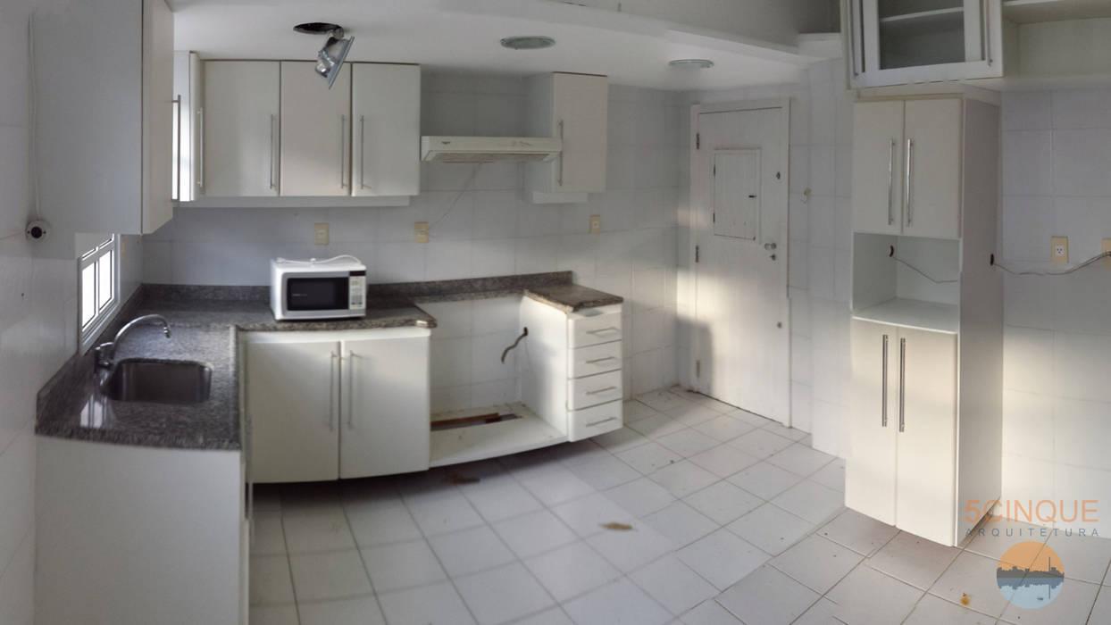 Cozinha antes de ser transformada em Sala com Home Theater, Home Office e Suíte para Familiares : Salas multimídia  por 5CINQUE ARQUITETURA LTDA