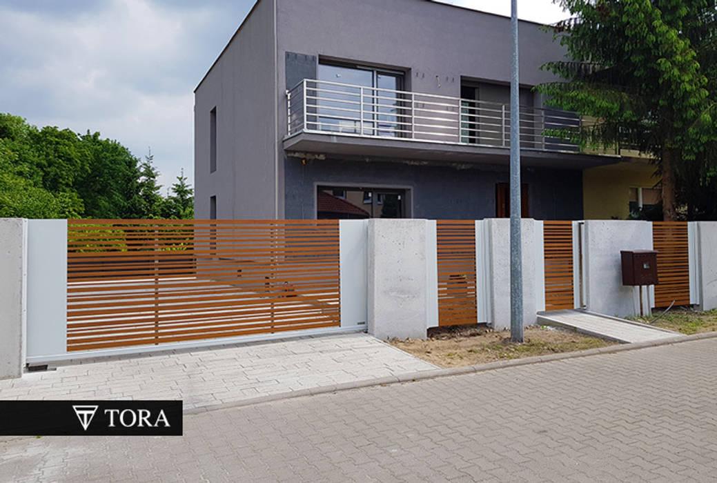 Nowoczesna brama z aluminium (imitacja drzewa) - Volantis TORA bramy i ogrodzenia