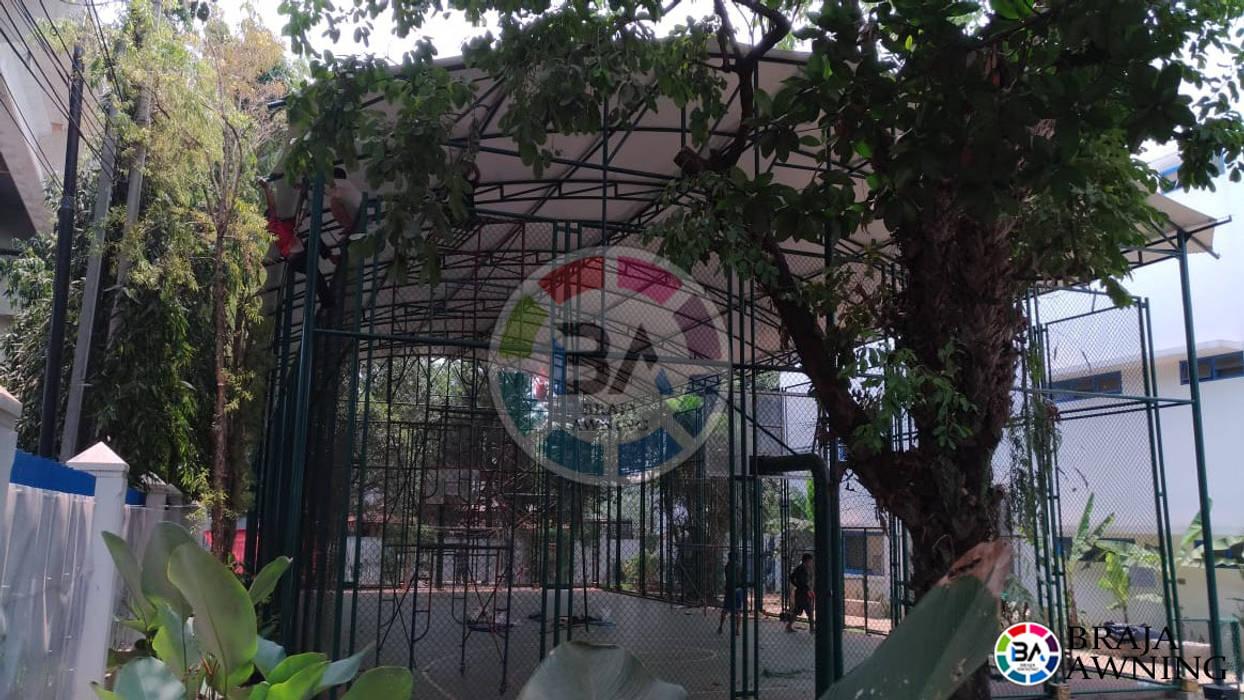 Tenda Membrane Lapangan Futsal Jakarta:  Teras atap by Braja Awning & Canopy