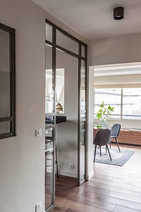 Couloir et cuisine moderne semi-ouvert avec verrière ...