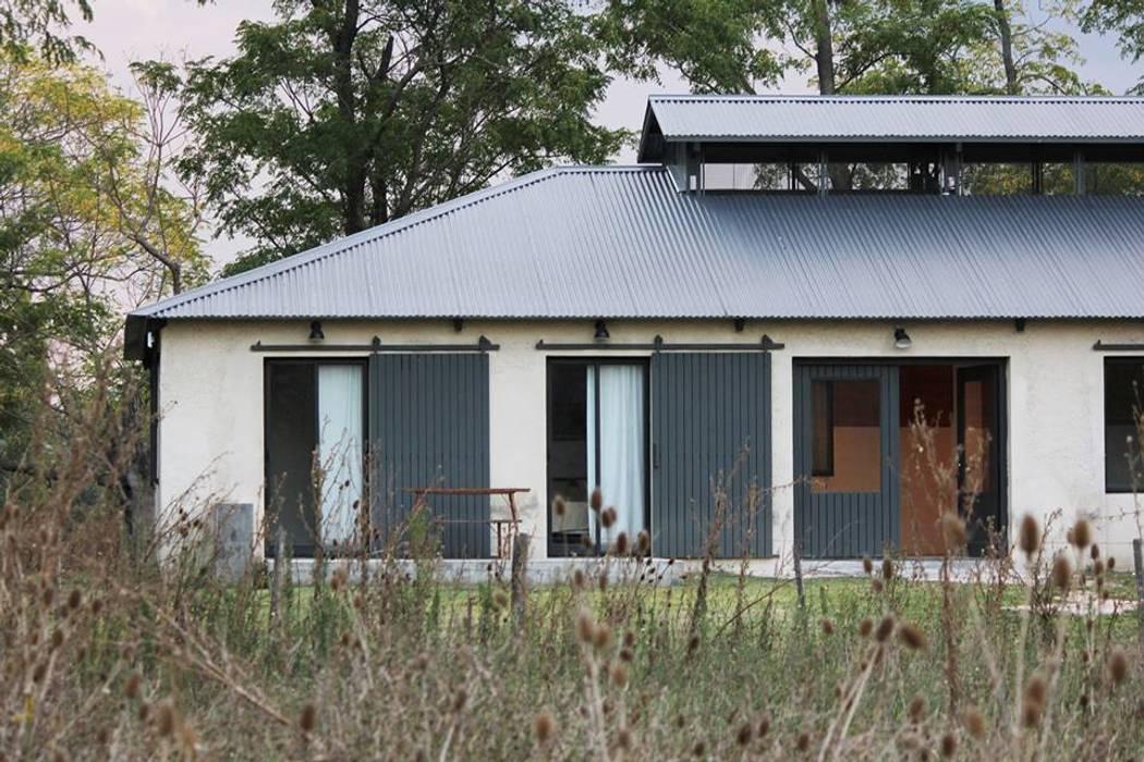 Las Casitas / Caballerizas en Lujan de BARRO arquitectos Rural