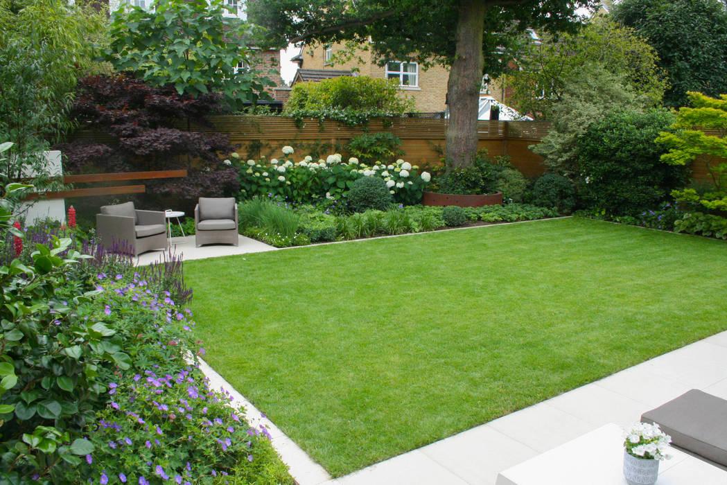 Contemporary family garden:  Garden by Abigail Hazell Landscape and Garden Design